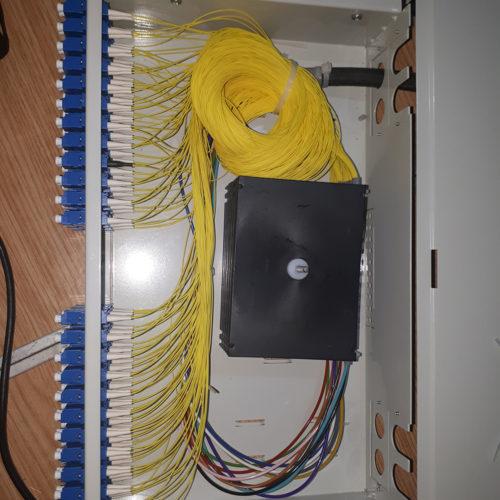 Skrzynka z kablami internetowymi