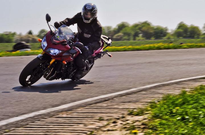 Wchodzenie w zakręt na motocyklu
