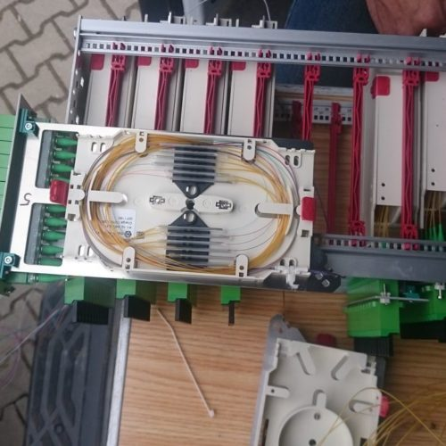 Przełącznica światłowodowa szafki ulicznej w trakcie spawania