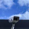 Kamera monitoringowa na tle nieba