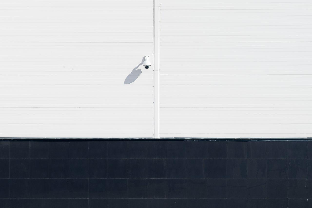 Kamera monitoringu na tle białej ściany