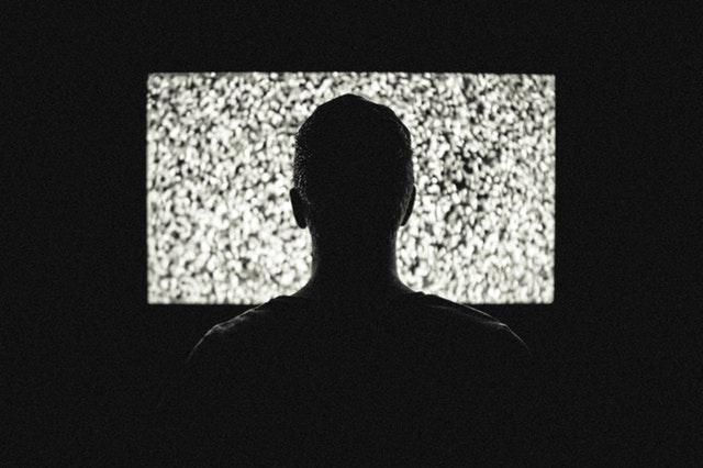 osoba przed ekranem telewizora